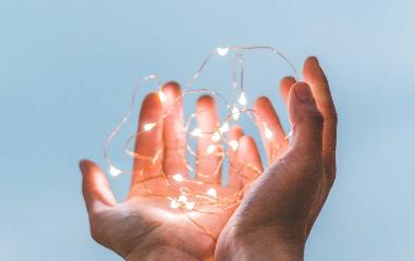 以保險事業為中心,可加入各式創新型企業並相互交流客戶創造成功的的綜合系統,為創業者提供其成長所需要的各項資源。